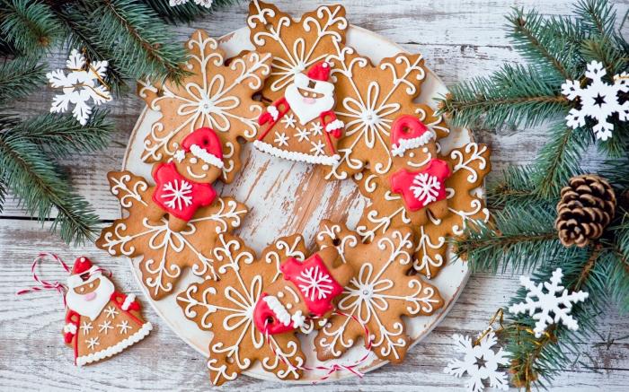 dessert weihnachten, keksen in der form von schneeflocken, grüne zweige, tannenzapfen