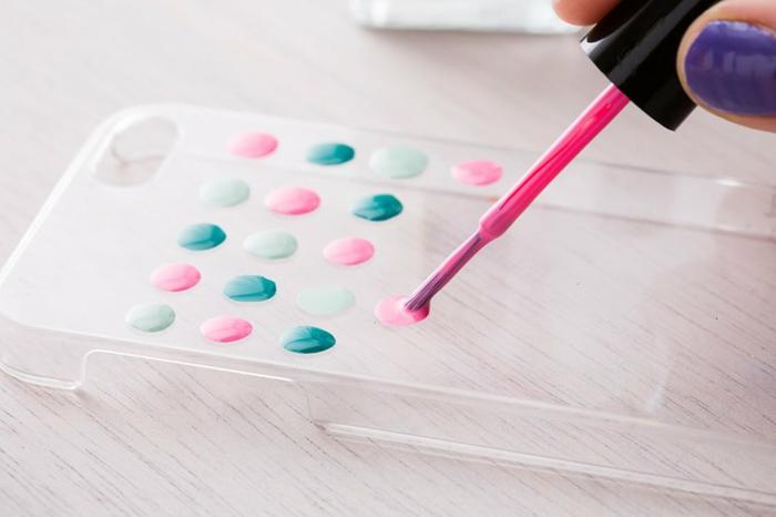 DIY Anleitung für handyhülle personalisieren, Pünktchen aus Nagellack in pink und grün, durchsichtige Hülle