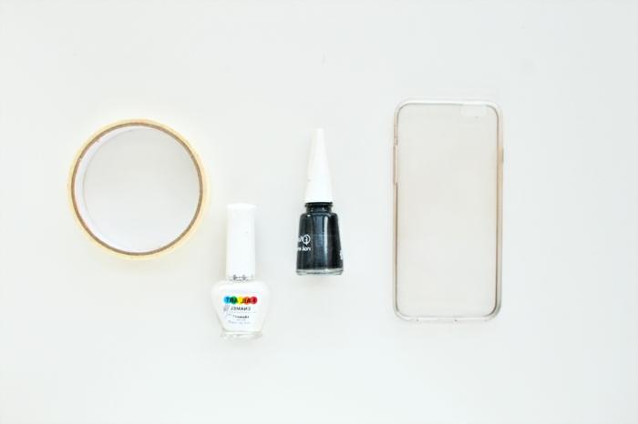 DIY Zubehör für Handyhülle bespritzt mit Nagellack in weiß und schwarz, personalisierte Handyhülle,