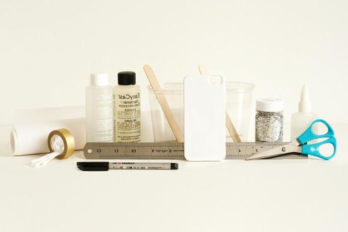 DIY Zubehör für Handyhülle, weiße Handyhülle und Schere, Holzstäbchen und Glitzer, Hülle selbst gestalten,