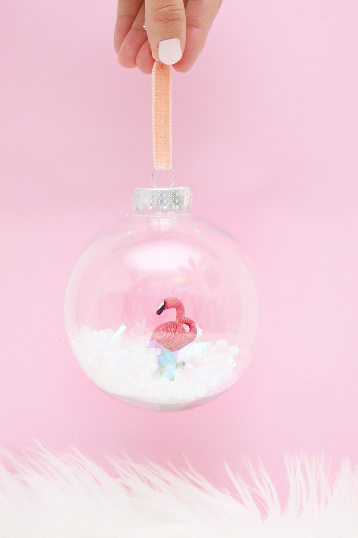 Plastikfigur Flamingo in durchsichtiger Weihnachtskugel, Schneekugel für den Weihnachtsbaum