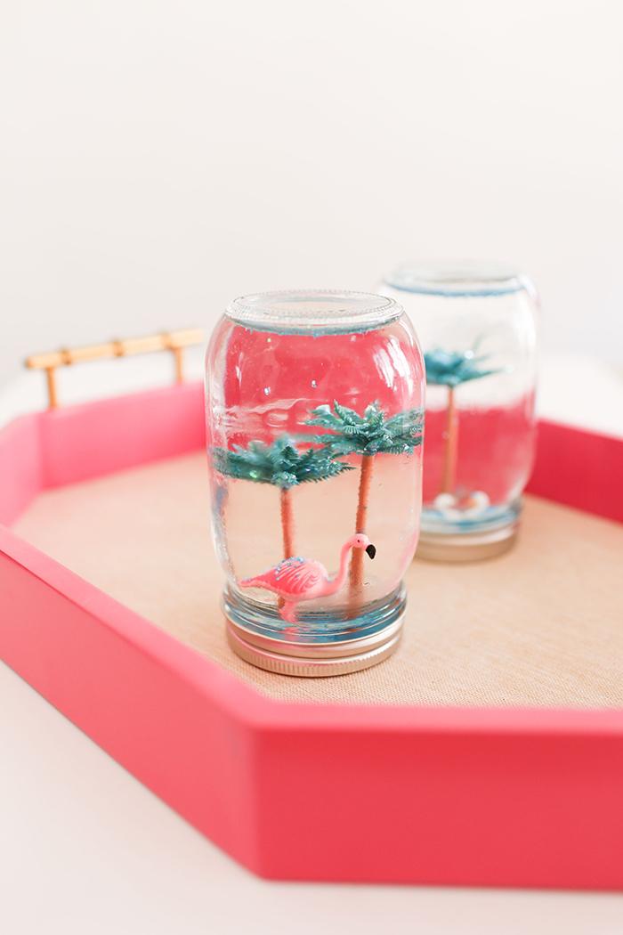 Schneekugel aus Einmachglas selber machen, Plastikfiguren Flamingo und zwei Palmen, Wasser Glycerin und Glitter füllen