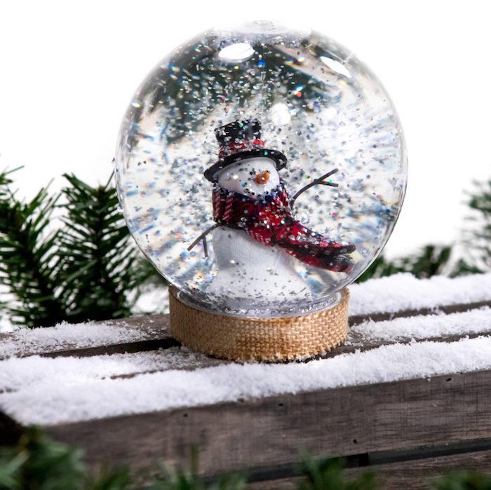 Schneekugel mit Schneemann selber machen, silberner Glitter als Schnee, kreatives Weihnachtsgeschenk