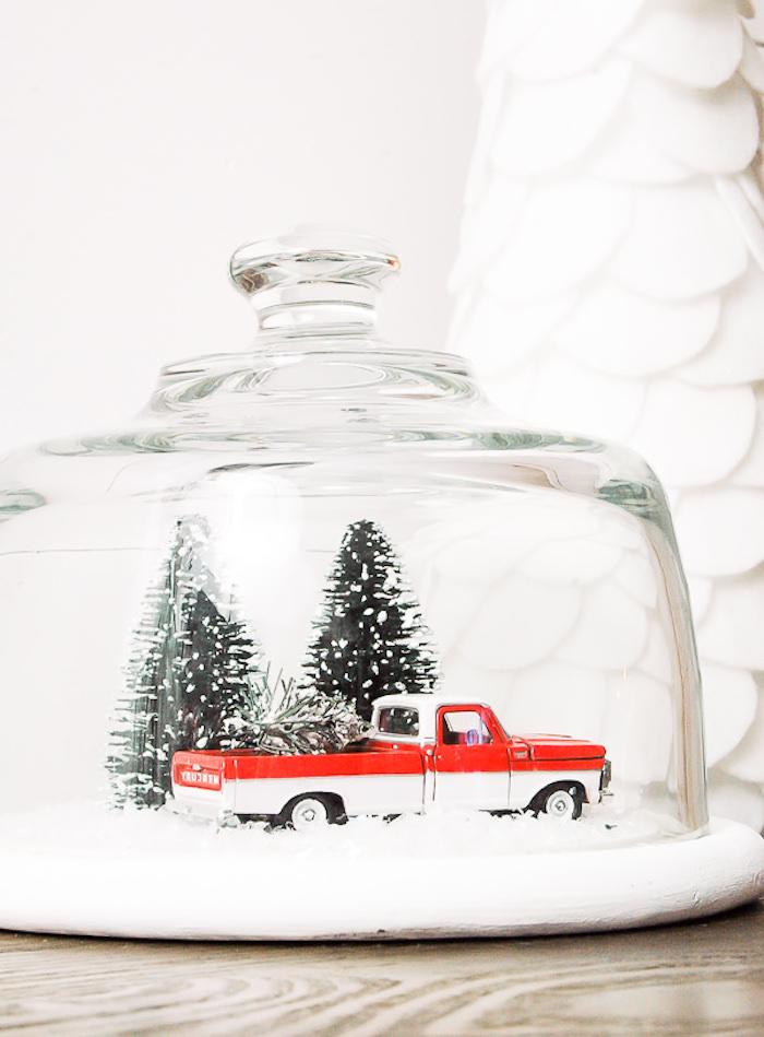 Große Schneekugel mit Spielzeugauto und Weihnachtsbaum, schöne Weihnachtsdeko für Zuhause
