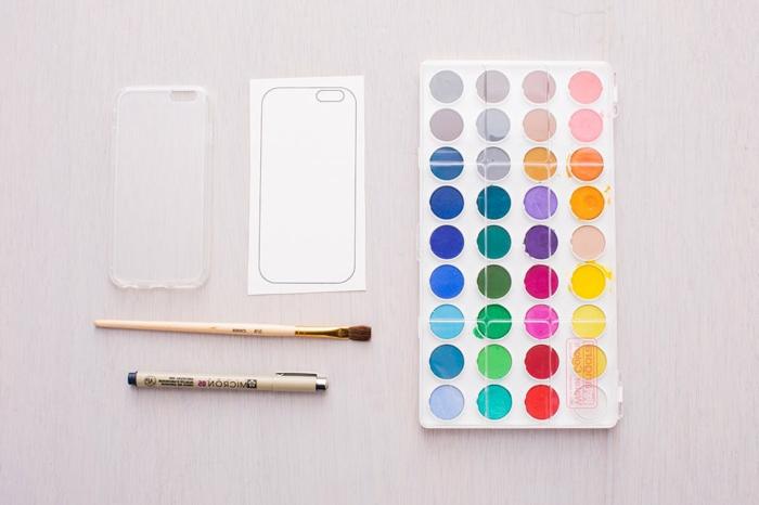 Große Farbpalette, Pinsel und Stift, durchsichtige Handyhülle und Vorlage für Hülle, Handyhülle erstellen