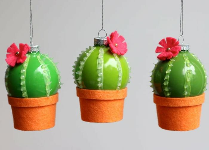 Weihnachtskugeln selbst gestalten in der Form von Kakteen, grüne Kugeln mit roten Blüten
