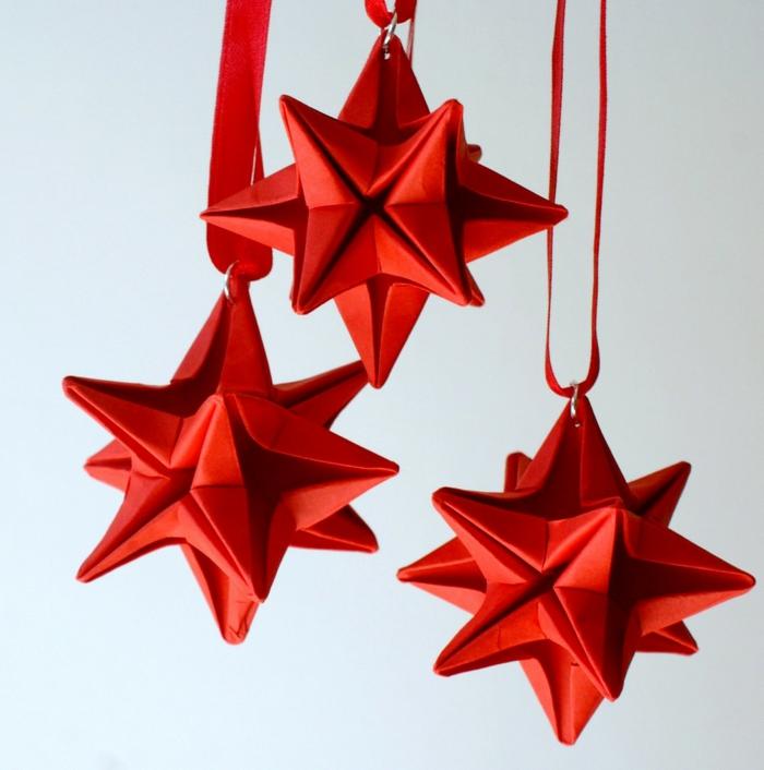 Bastelideen Weihnachten, rote Weihnachtssterne mit roten Schleifen, 3D Sterne