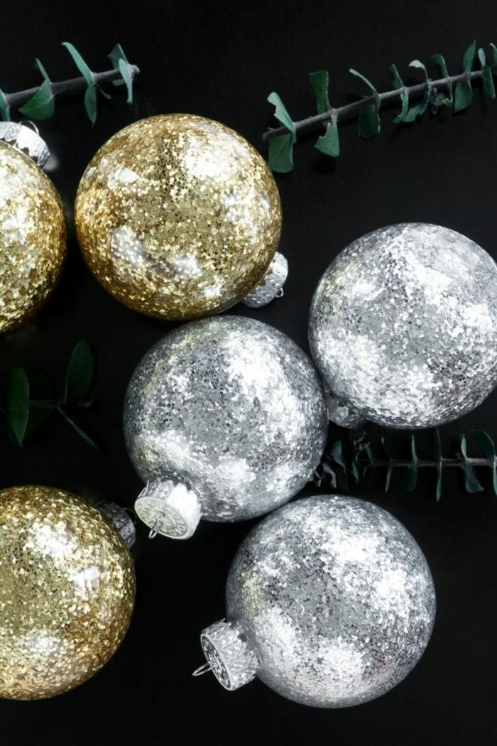 goldene und silberne Kugeln, Weihnachtskugeln selber machen, eine schöne Komposition