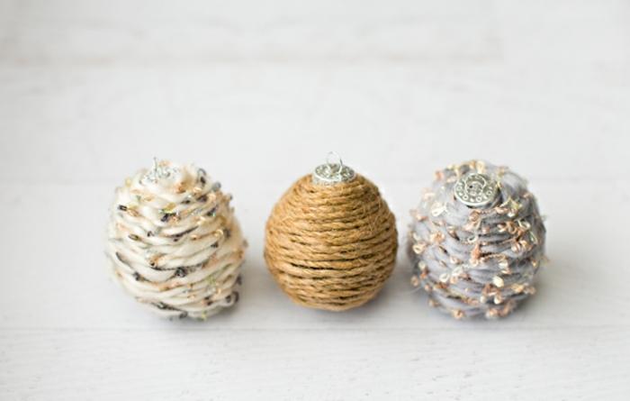drei Weihnachtskugeln mit drei verschiedenen Schnuren umgehüllt, Weihnachtskugeln gestalten
