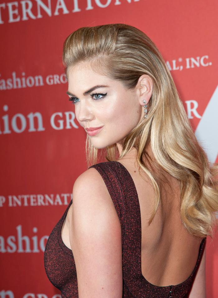 dunkelblonde haare, kato upton, trendige haarfarben, blonde strähnen, silverster make up