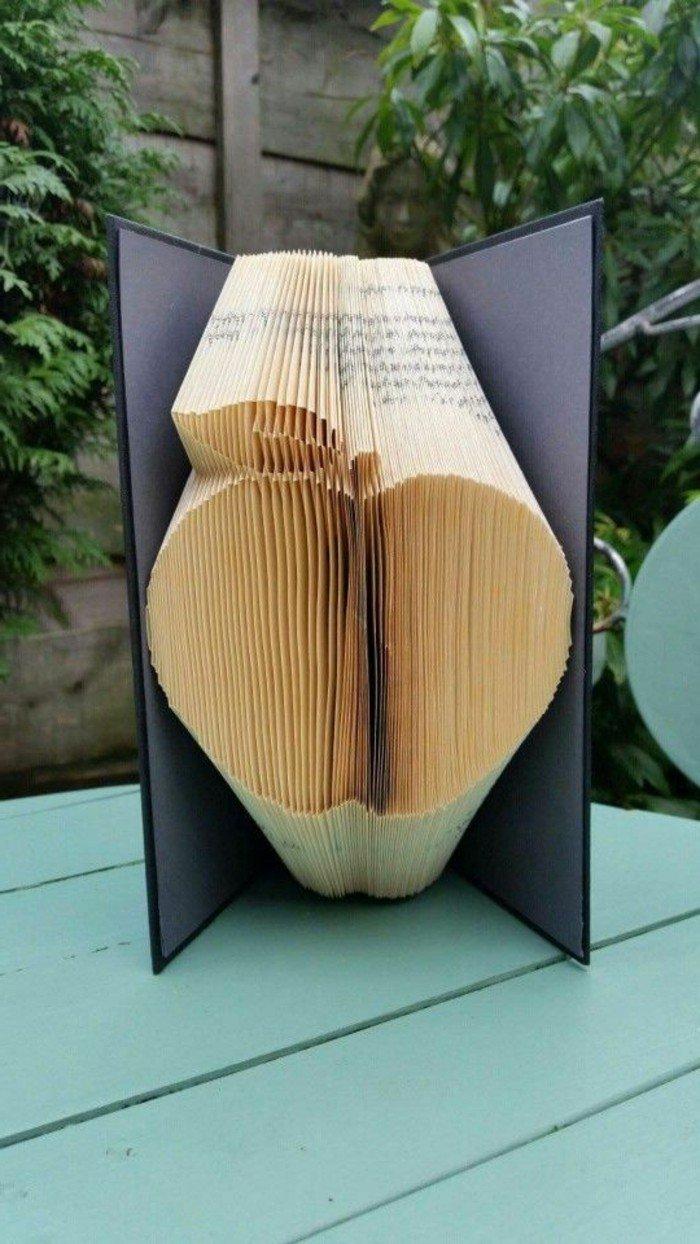 ein Apfel aus einem Buch mit gelben Seiten, Orimoto, Buchumschlag in schwarzer Farbe