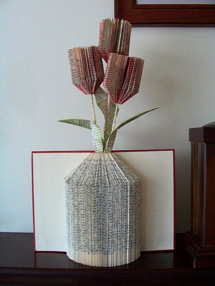 eine Vase mit roten Tulpen aus Papier, Orimoto, Falten und Farben, roter Briefumschlag