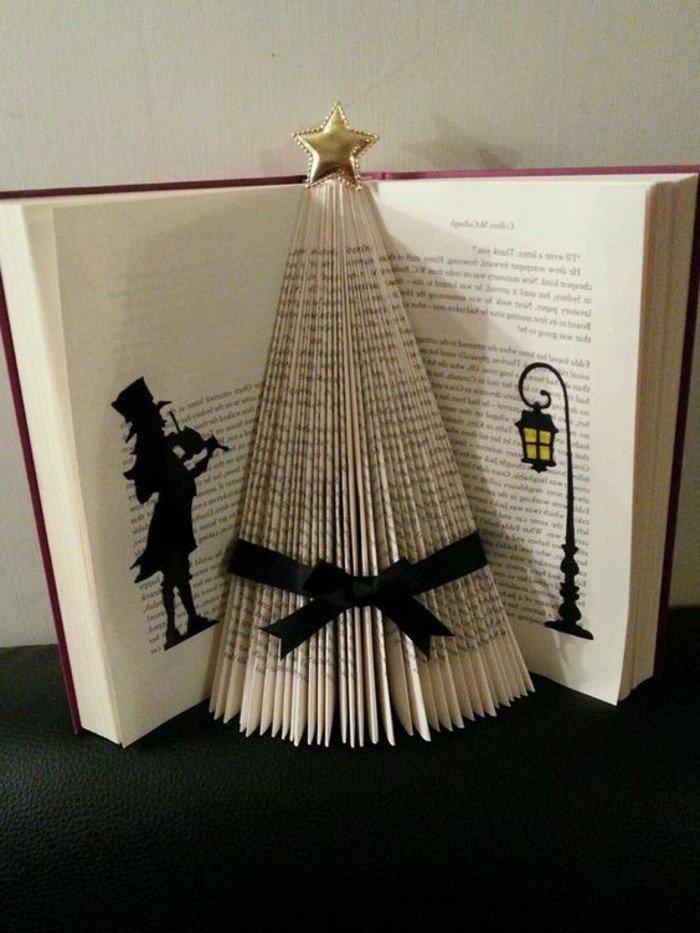 ein Buch wie einem Tannenbaum mit Stern an der Spitze, Musiker und Laterne gemalt, Orimoto