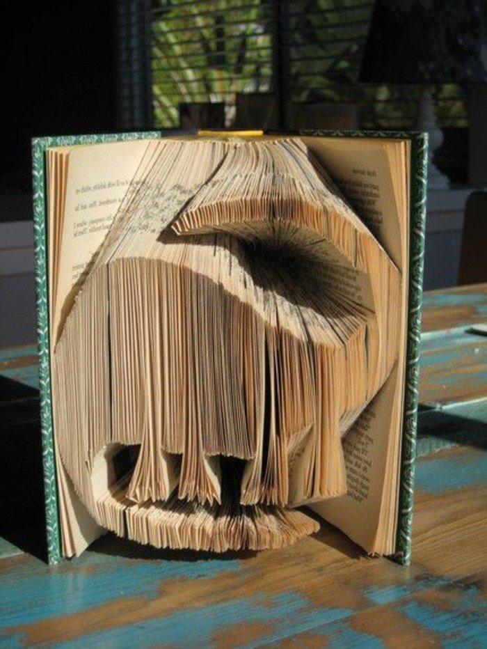 ein Tier oder Zeichen, oder Dinosaurier, Orimoto aus einem uralten Buch, blauer Umschlag