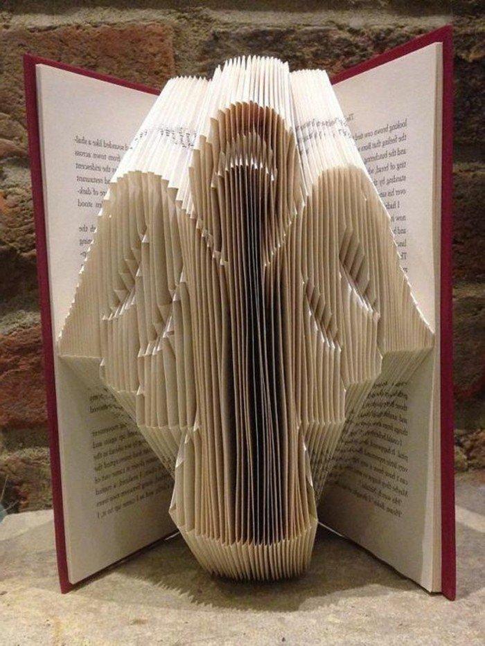 ein Engel aus Papier, Buchseiten falten, eine weihnachtliche Abbildung in Buch mit rotem Umschlag