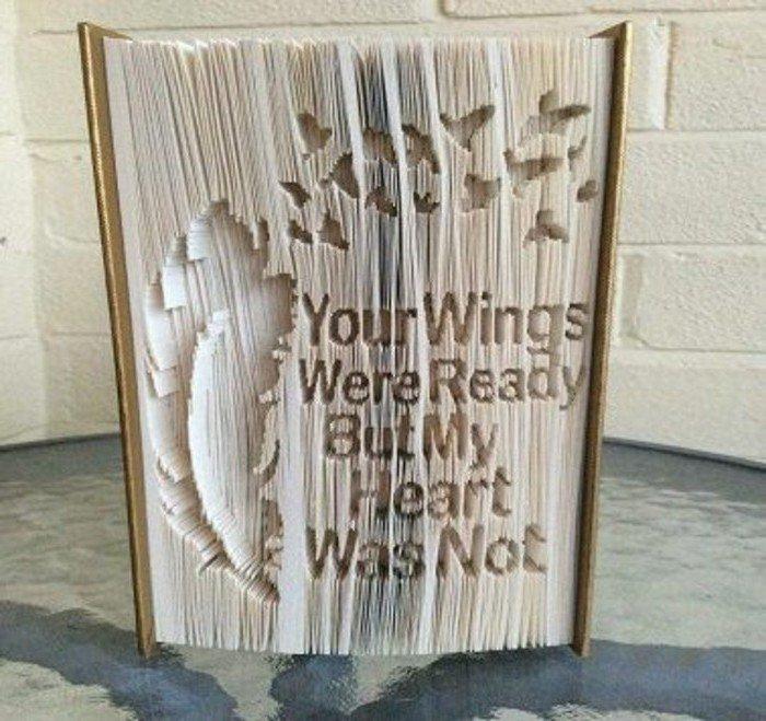 Bücher falten, ein Feder und ein Vogelschar, eine Botschaft über die Liebe in Buch geschnitzt