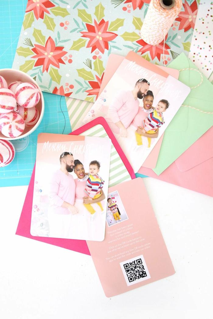 ein Familienfoto auf Weihnachtenkarten Design, rosa Karte und rosa Briefumschlag