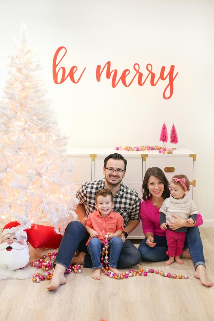 Weihnachtskarten mit Foto, eine niedliche Familie mit einem Mädchen und einem Jungen, bunte Kugeln