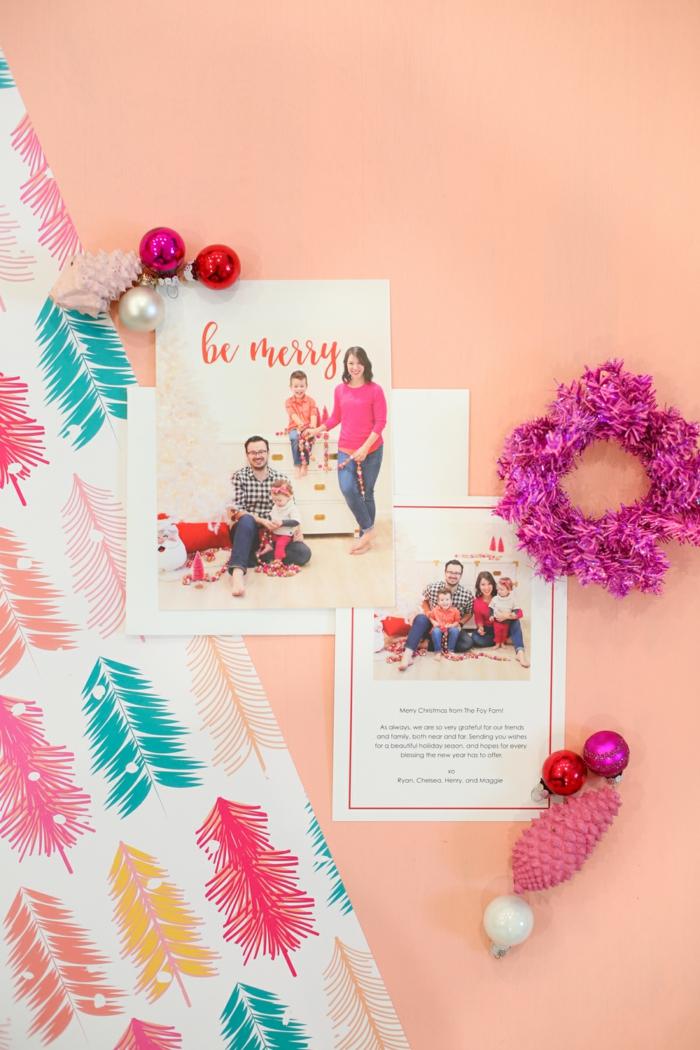 Weihnachtskarten mit Foto, zwei Fotos von der Familie und Glückwünsche zu Freunden und Verwandten