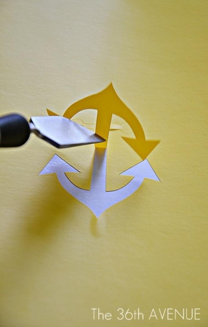 ein Anker in gelber Farbe aus Papier ausschneiden und auf die Handyhülle kleben, Handy Case selbst gestalten
