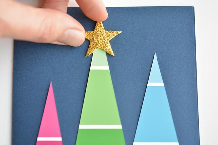 drei Tannenbäum aus verschiedenen Farbproben, Rot, Grün und Blau, Grußkarten Weihnachten, ein Stern aus goldfarbenem Papier