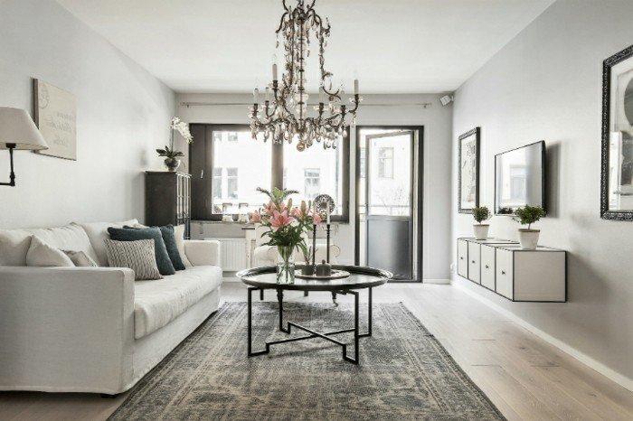 weiße Wohnzimmermöbel, grauer Teppich, ein runder Tisch, ein Kronleuchte, Fernsehwand, Welche Farbe passt zu Grau