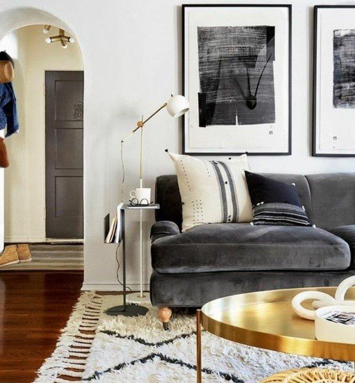 Welche Farbe passt zu Grau, ein graues Sofa mit weißem Kissen, weißer Teppich, goldener Tisch