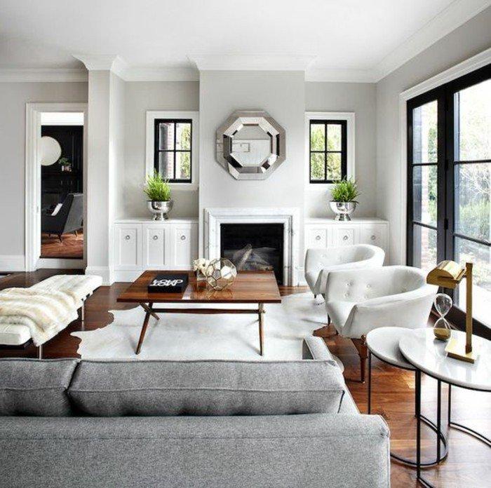 ein graues Sofa, weiße Wände, ein silberner Spiegel, ein Tisch aus Holz, welche Farbe passt zu Grau