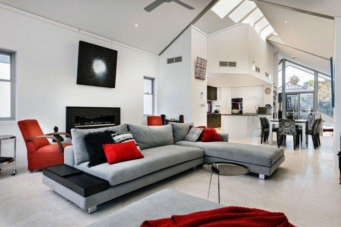 welche Farbe passt zu Grau, graues Sofa mit roten Kissen, weiße Wandfarbe, roter Sessel