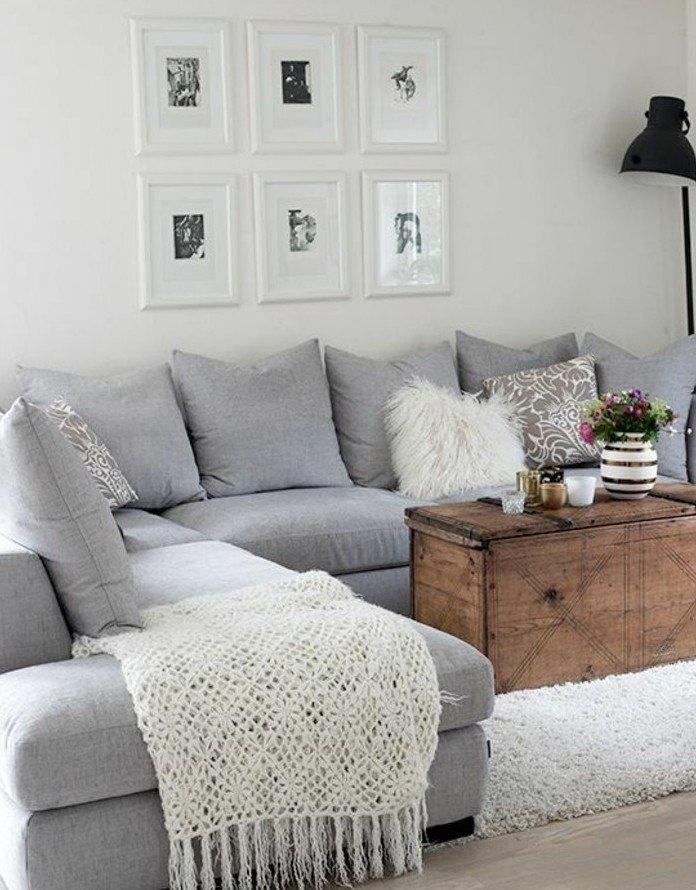 weiße Bilder mit kleinen schwarzen Abbildungen, graues Sofa, weiße Kissen, welche Farbe passt zu Grau