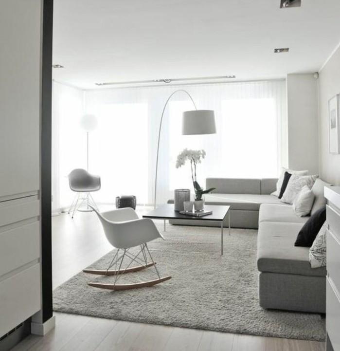 ein weißes Zimmer mit grauen Akzenten, Wohnzimmer streichen Grau Weiß, flausischer Teppich