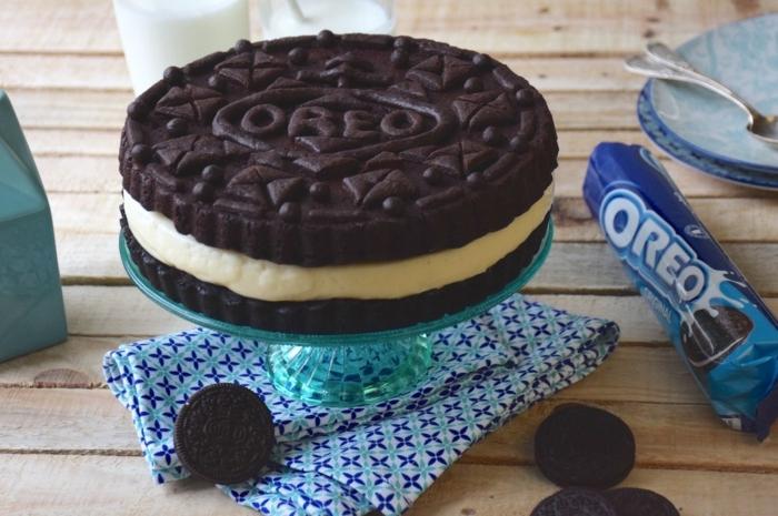 eine kleine Torte wie großer Oreo Keks, zwei Schokoladenböden, Oreo Kuchen, der ganz originell aussieht