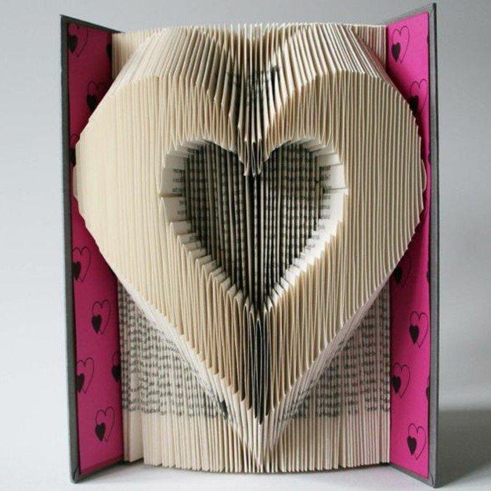 Zwei Herzenfiguren, eine kleine und eine große, rosa Buchumschlag mit Herzen versehen, Origami Buch
