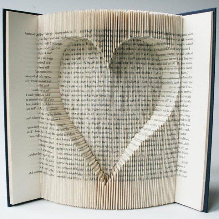 ein Herz, Origami Buch, viele Seiten sind in verschiedenen Schichten gefaltet, schwarzer Umschlag