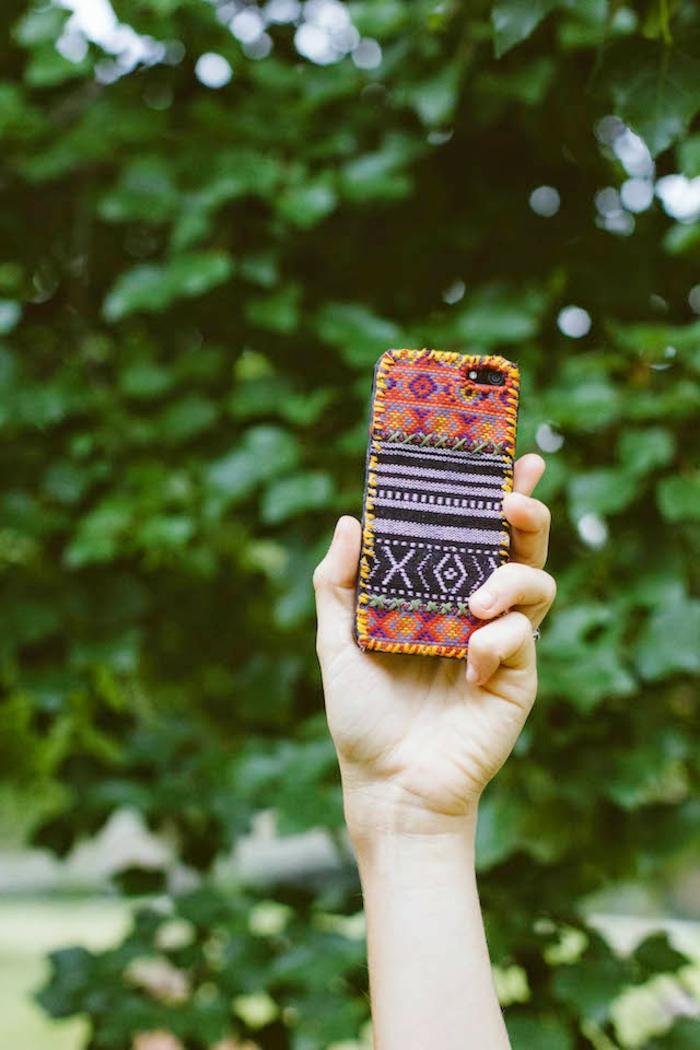 ein schönes Bild von einem bunten Handy, ein graffisches Design, Handyhülle designen und vorzeigen