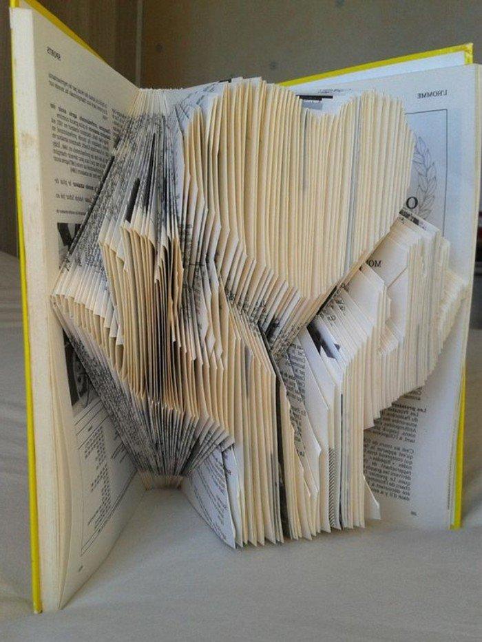 zwei gefaltete Hände und ein Herz, aus einem alten Lehrbuch, gelber Briefumschlag