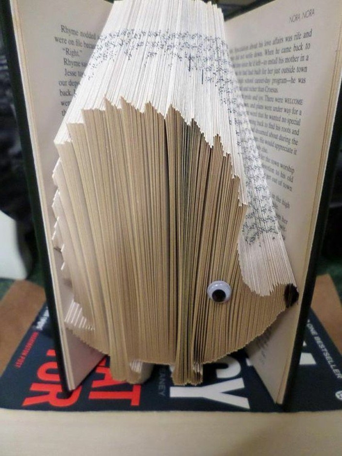 ein Igel mit Googly Augen, eine schwarze Nase, Origami Buch mit Held aus Kinderbüchern