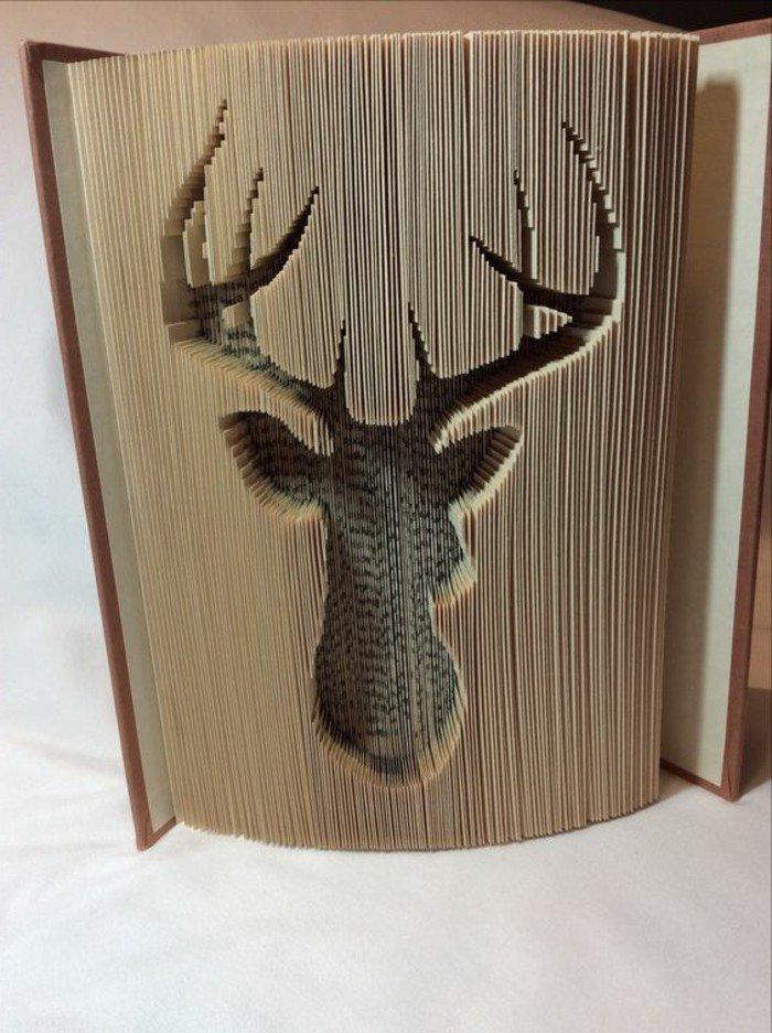 ein Hirschkopf mit großen Hörnern, Origami Buch, eine Abbildung in Buch geschnitzt