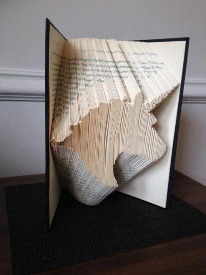 eine Einhornfigur aus Papier, Origami Buch, schwarzer Buchumschlag, ein fantastisches Bild