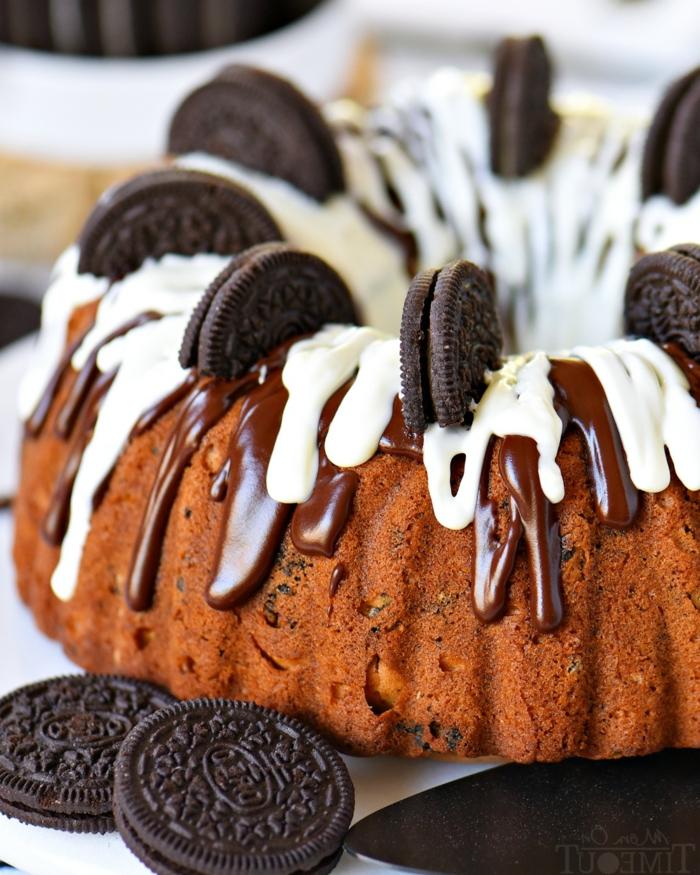 Oreo Kuchen, weiße und schwarze Schokolade, ein Zintronenteig, halbe Oreos als Verzierung