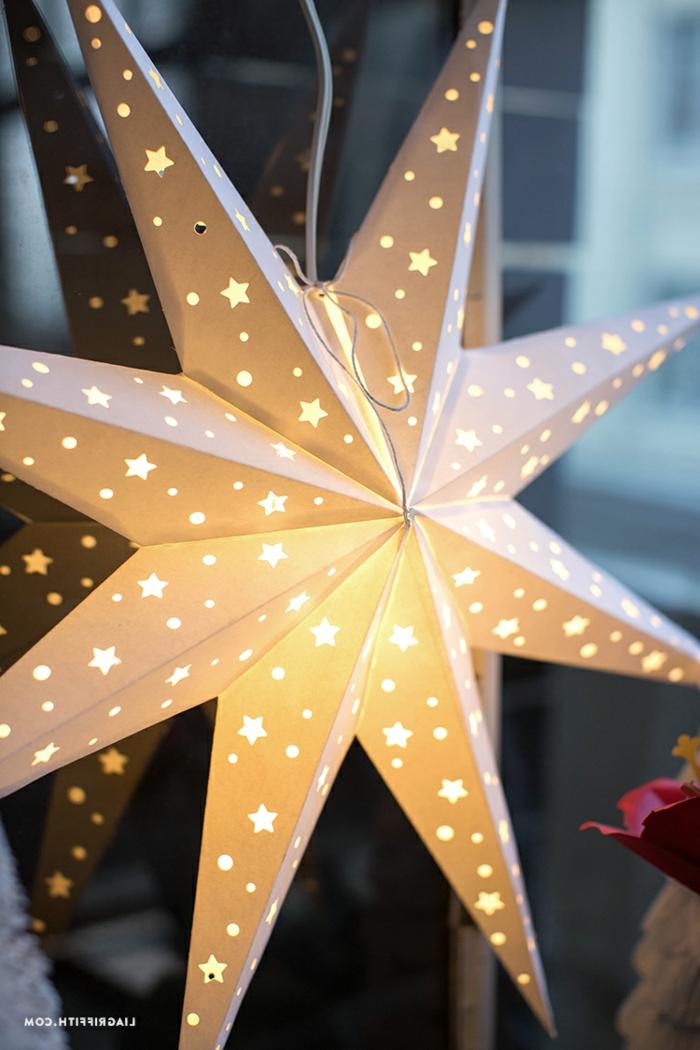 ein Stern, der viele kleine Sternchen besitzt, durch die das Licht leuchtet, Bastelideen Weihnachten