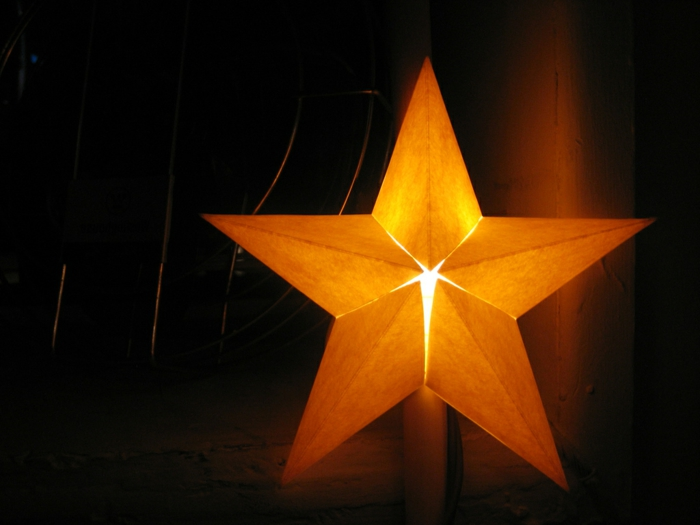 ein leuchtender Stern mit fünf Strahlen, Bastelideen Weihnachten aus Holz, ganz strahlend