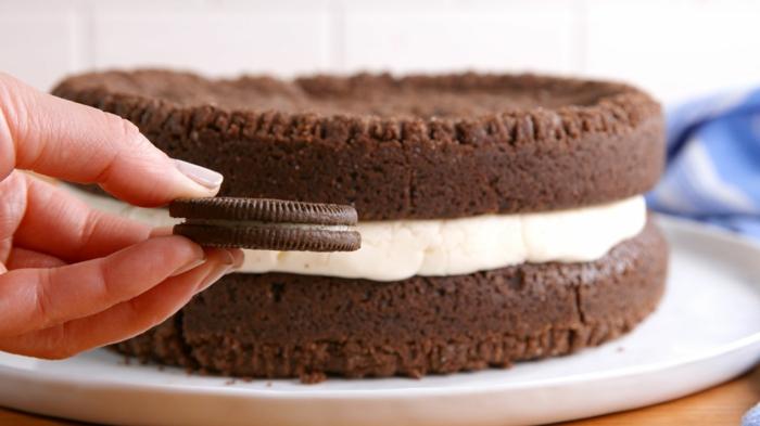 ein kleiner Oreo Keks und ein großer Keks als Oreo Torte, weiße Milchcreme, ein leckeres Dessert
