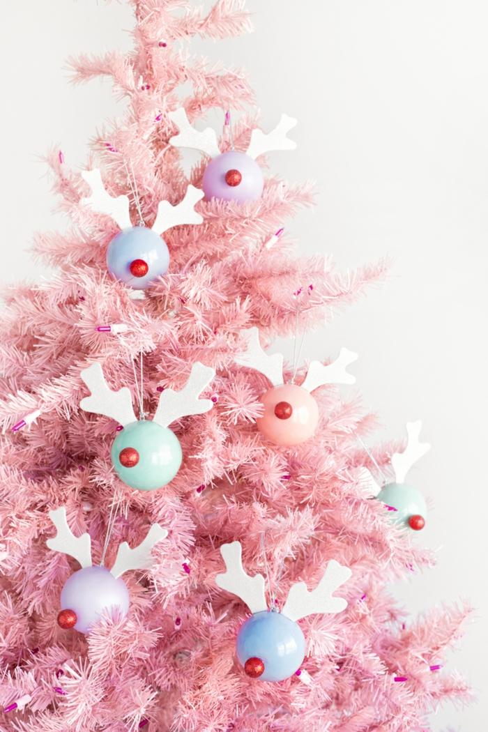 rosa künstlicher Weihnachtsbaum, viele bunte Weihnachtskugeln, Christbaumkugeln selber gestalten