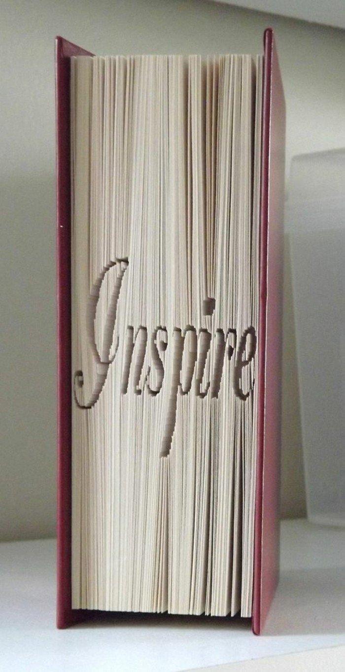 eine inspirierende Botschaft auf Buch geschnitzt, Bücher falten, roter Umschlag
