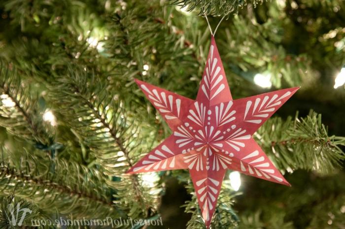 ein roter Stern mit Motiven von Schneeflocke, Weihnachtsstern falten und damit Weihnachtsbaum schmücken