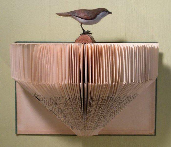 ein kunstvolles Origami Buch, ein Baum aus Papier für die kleine Vogelfigur, grüner Umschlag