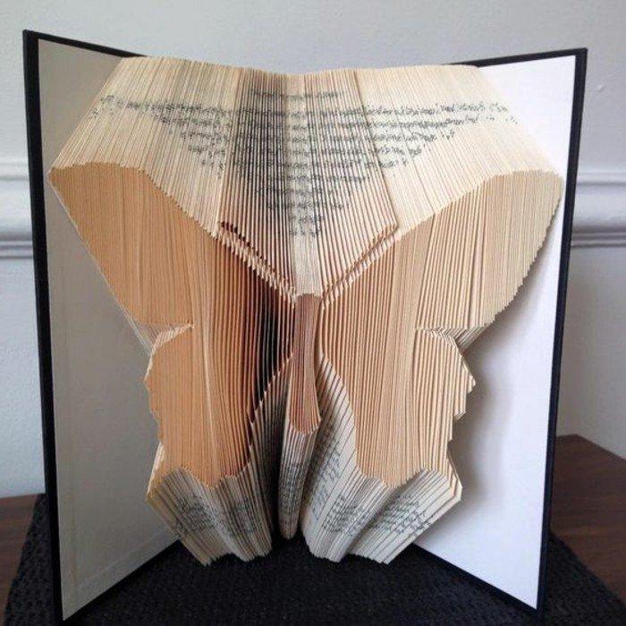 ein Schmetterling Bücher falten, da die Seiten von der Zeit gefärbt sind, sieht der Schmetterling bunt aus