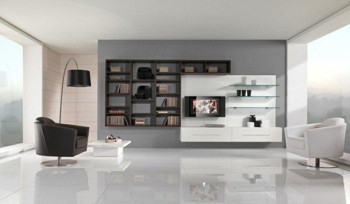 eine minimalistische Wohnung, ein schwarzer und ein weißer Sessel, weiße Fliesen, Wohnzimmer streichen Grau Weiß