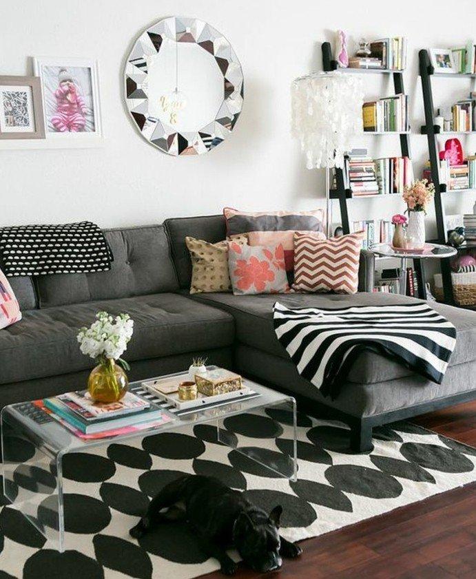 ein silberner Spiegel, ein graues Sofa, ein schwarz weißer Teppich, Wohnzimmer Ideen Grau Weiß